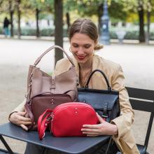 LA MINUTE SABRINA 👜 - Le saviez-vous ? Le cuir grainé de notre collection En Confiance est certifié LWG 🌍 Un petit pas de plus pour notre planète. Pour en savoir plus, regraded nos stories à la une «Engagements». - Sacs Mathilda en nude, Amanda en noir, Victoria en chocolat & Elisa en rouge ❤️  #librebelleepanouie #sabrinaparis #welovesabrinaparis #laminutesabrina #lesaviezvous